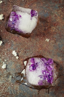 Eiswürfel mit lila blüten