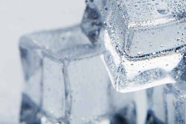 Eiswürfel mit wassertropfen hautnah im makro erfrischendes eis. isolieren