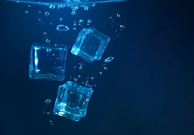 Eiswürfel unter wasser auf dunkelblauem hintergrund