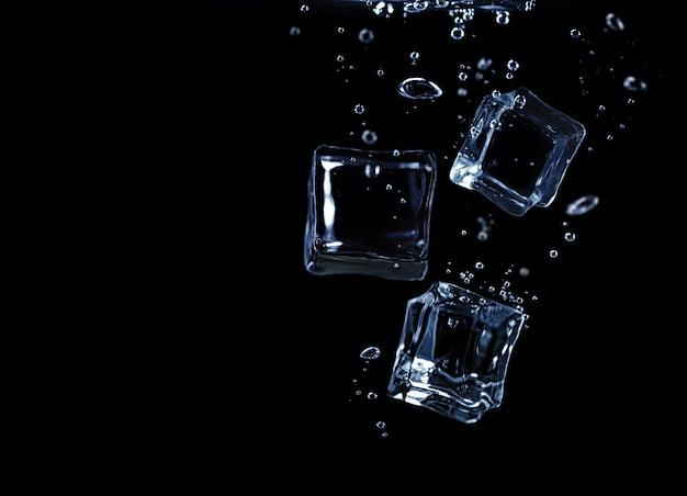 Eiswürfel unter wasser auf schwarzem hintergrund
