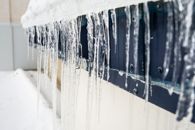 Eiszapfen am gebäude im winter in sierra nevada