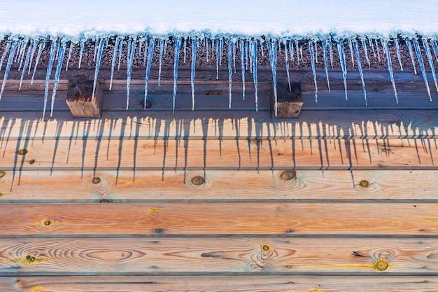 Eiszapfen auf vintage dach nahaufnahme im winter