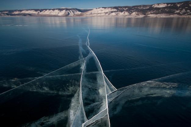 Eiszapfen hängen an den felsen. der baikalsee ist ein frostiger wintertag. fantastischer ort
