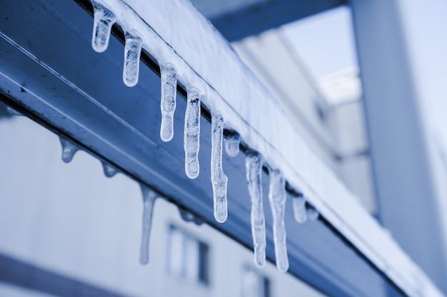 Eiszapfen hängt von einem dach