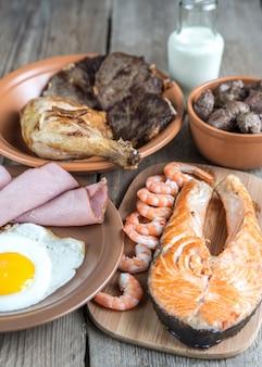 Eiweißdiät: gekochte produkte auf dem holz