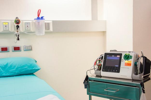 Ekg-monitor und bett im medizinischen raum
