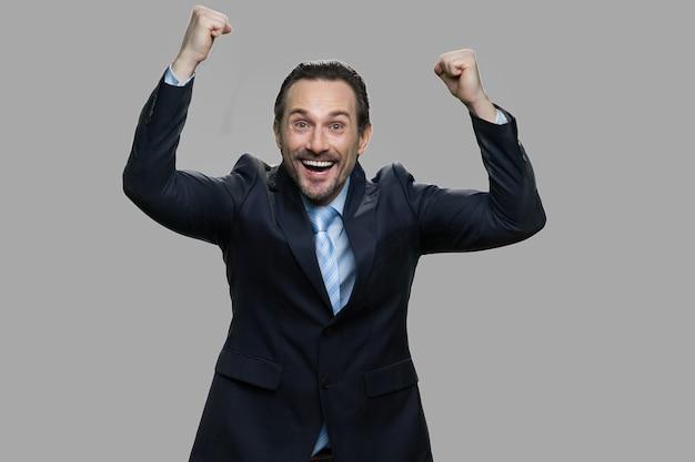 Ekstatischer kaukasischer geschäftsmann über erfolg aufgeregt. emotionaler mann im geschäftsanzug, der sieg feiert. erfolg in der karriere.