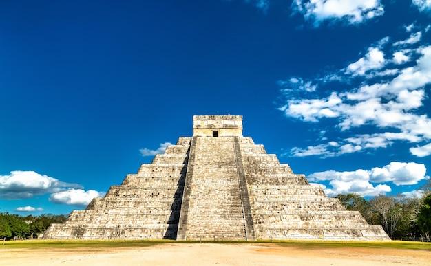 El castillo oder kukulkan, eine mesoamerikanische stufenpyramide in chichen itza. in mexiko