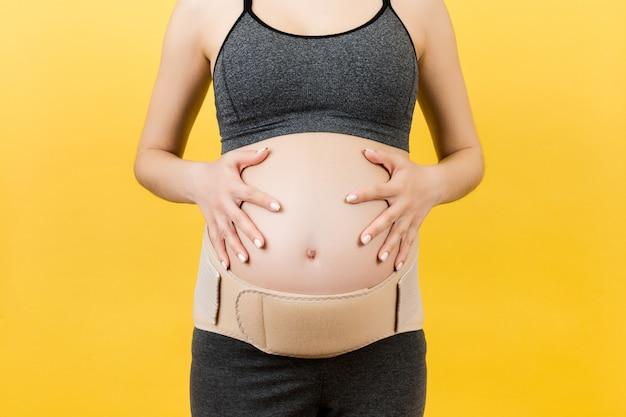 Elastisches mutterschaftsband an schwangerer frau