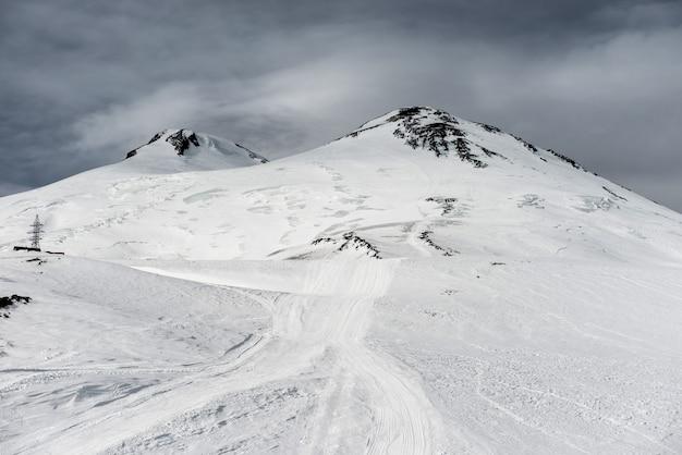 Elbrus im schnee. winterskigebiet