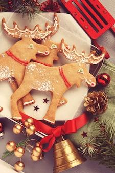 Elchförmige plätzchen des weihnachtslebkuchens mit dekoration