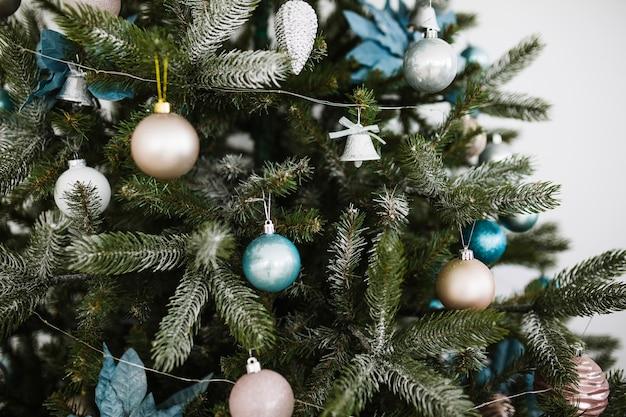 Elegant geschmückter weihnachtsbaum
