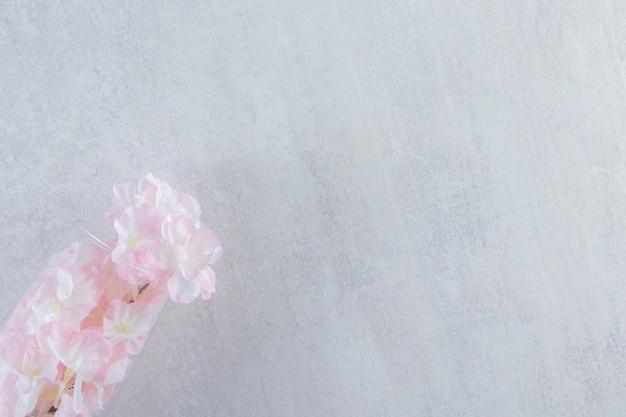 Elegante blumen in einem krug auf dem weißen tisch.