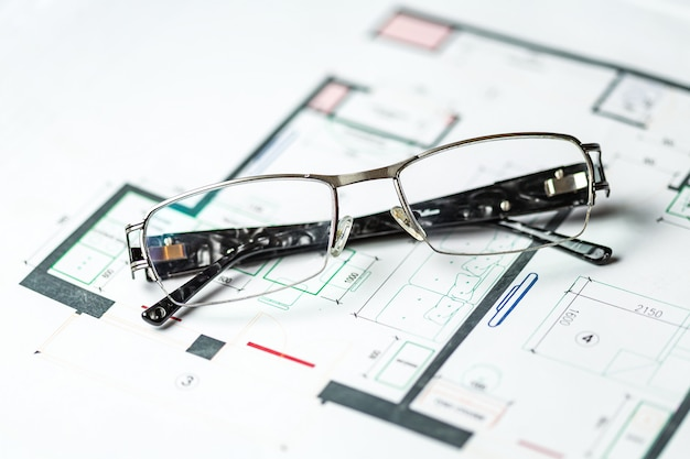 Elegante brille auf einem schematischen plan für die rekonstruktion des raumes