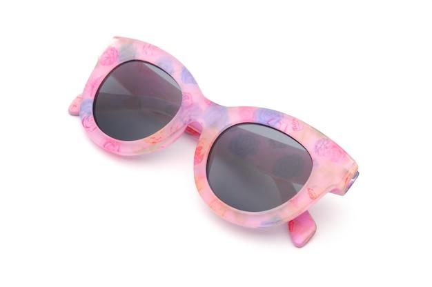 Elegante brille mit einem rosa rahmen auf einem isolierten weißen hintergrund