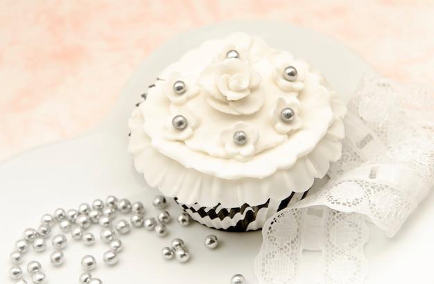 Elegante cupcakes mit vintage dekoration