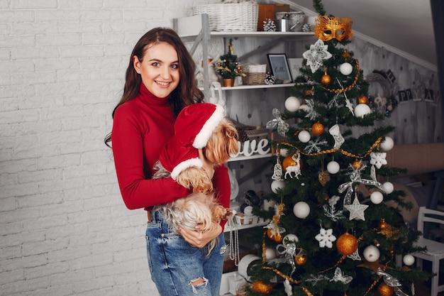 Elegante dame, die nahen weihnachtsbaum steht