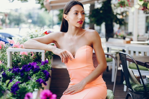 Elegante dame in einem rosafarbenen kleid