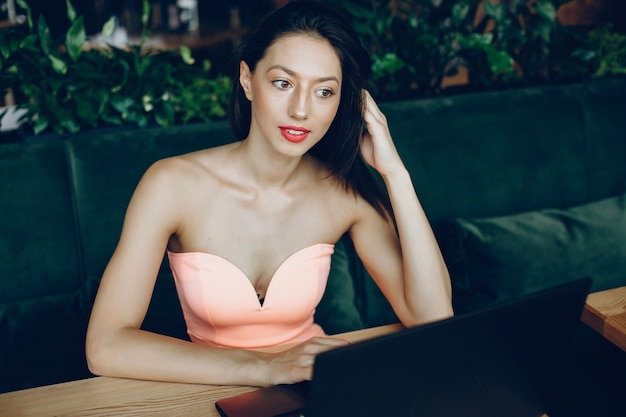 Elegante dame mit laptop