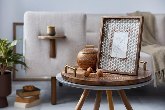 Elegante ethnische komposition des wohnzimmerinterieurs mit design-couchtisch, sofa, dekoration, rahmen und zubehör in moderner wohnkultur. details.