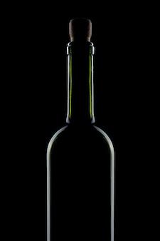 Elegante flasche rotwein auf einer schwarzen oberfläche, isoliert