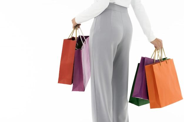 Elegante frau, die einkaufstaschen, hintere ansicht hält