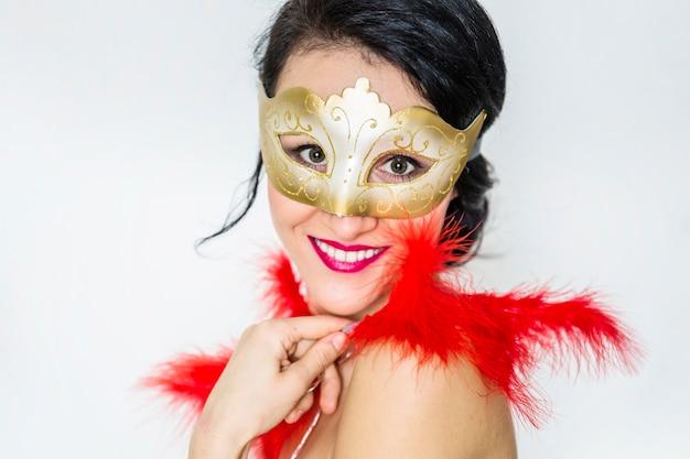 Elegante frau, die venetianischen karneval feiert