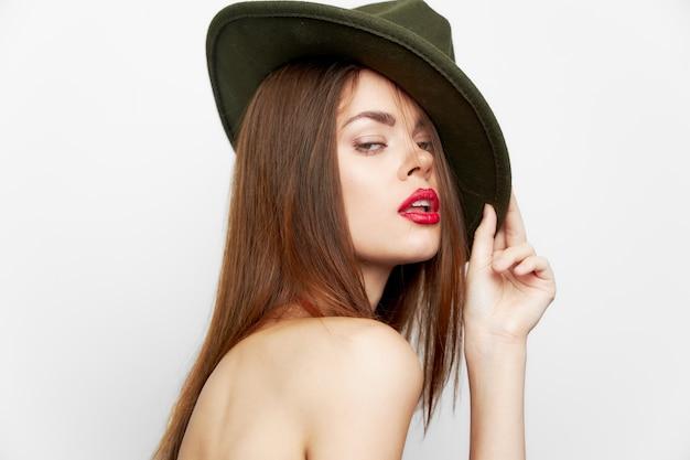 Elegante frau hat rote lippen luxus attraktiven look hellen hintergrund