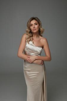 Elegante frau im glänzenden langen kleid