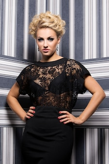Elegante frau im schwarzen kleid