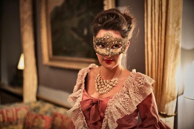 Elegante frau in der maske