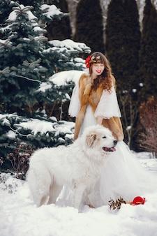 Elegante frau in einem langen weißen kleid