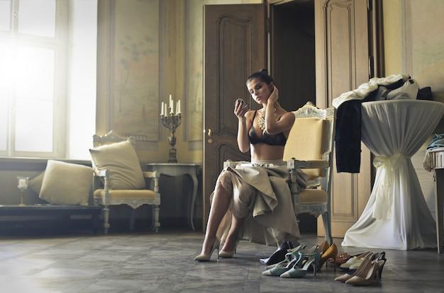 Elegante frau in einem luxuriösen innenraum
