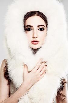 Elegante frau mit glamourösem make-up und weißem winterpelz