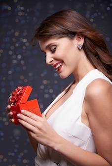 Elegante frau und kleines geschenk