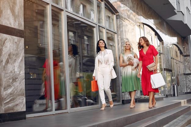 Elegante frauen mit einkaufstüten in einer stadt