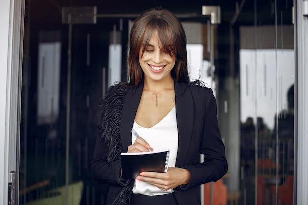 Elegante geschäftsfrau, die in einem büro arbeitet