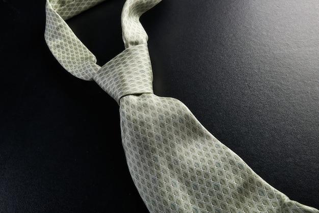 Elegante graue krawatte auf einem schwarzen