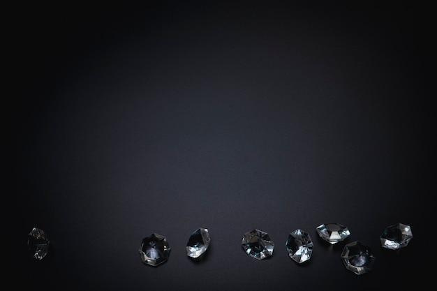 Elegante hintergrundvorlage für text oder logo diamanten auf schwarzem hintergrund freiraummode