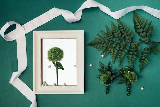Elegante hochzeitsdekoration aus natürlichen blumen und grünen elementen