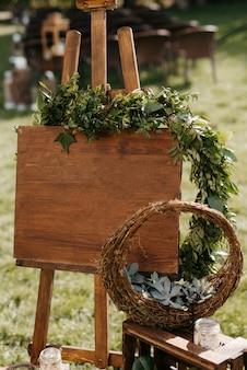 Elegante hochzeitsdekoration aus natürlichen blumen und grünen elementen Premium Fotos
