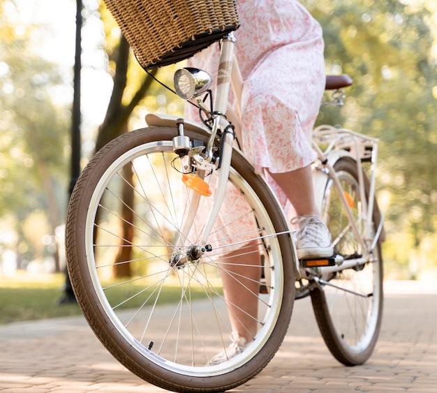 Elegante junge frau, die fahrrad fährt
