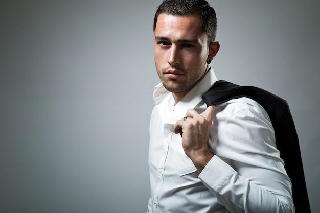 Elegante junge hübsche mann. studio-mode-porträt