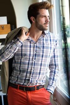 Elegante junge hübsche mann.