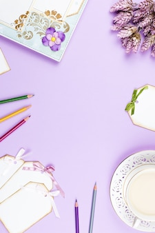 Elegante kaffeetasse, notizbuch und blätter flach liegen. femininer hintergrund in pastellfarben. draufsicht