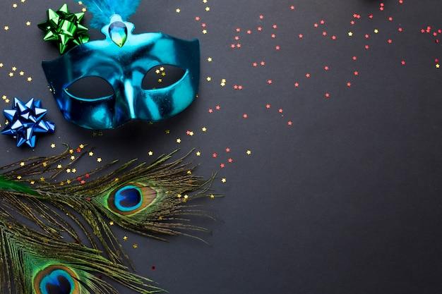 Elegante karnevalsmaske mit pfauenfedern