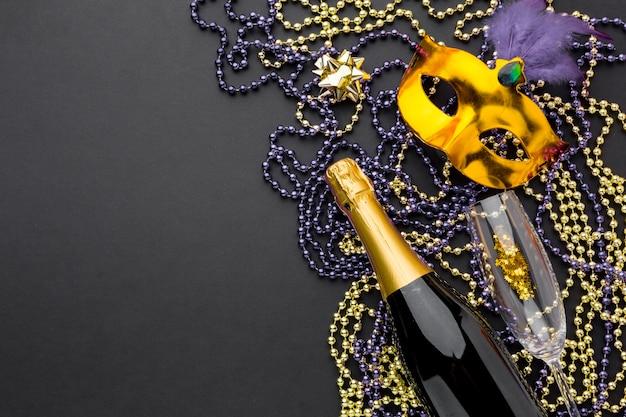 Elegante karnevalsmaske mit schmuck