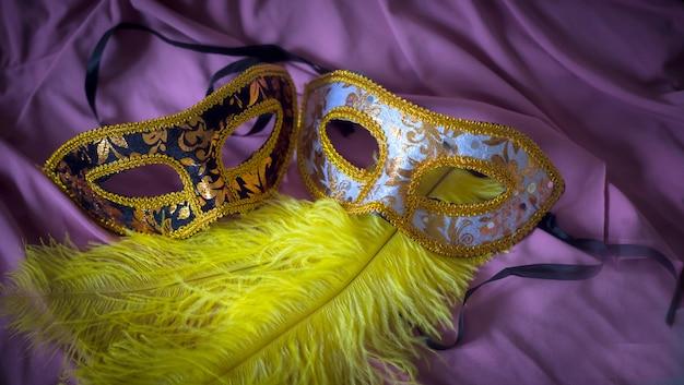 Elegante karnevalszusammensetzung mit gelben federn der masken