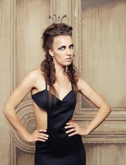 Elegante königin im schwarzen kleid