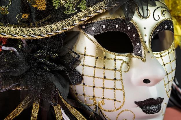 Elegante komposition mit venezianischer karnevalsmaske